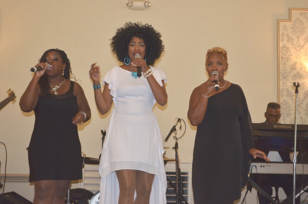 Kimmie Horne performs with her band at the Ann Arbor Links fundraiser